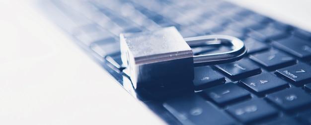 노트북에 철 잠금 장치입니다. 사이버 방어