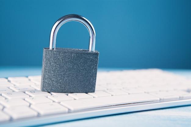 鍵盤に鉄錠。サイバー防御