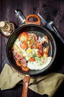 鉄鍋とベーコンの卵