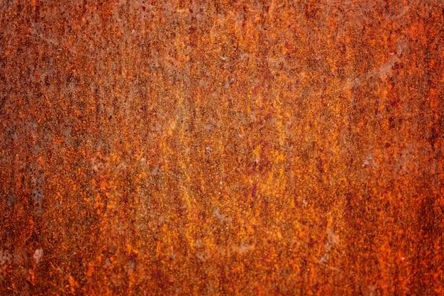 Железная стена покрыта ржавчиной и антикоррозионной краской