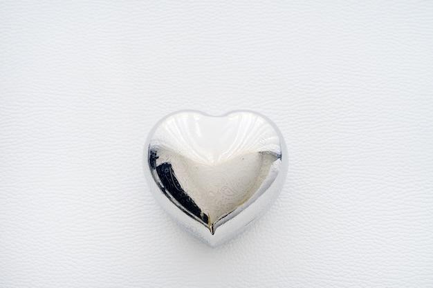Ironの形をした鉄の心。テキストハッピーバレンタインデーとバレンタインデーのカード。