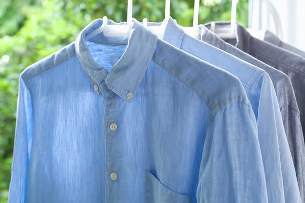 アイロンの家事アイロンをかけた折りたたまれたシャツクリーンコンセプト静物