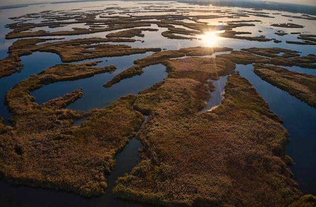 저녁 빛에 드네프르에 사마라 강에 저항할 수 없는 홍수