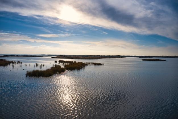 夕方の暖かい明るい光の中でウクライナのドニエプル川のサマーラ川の魅力的な洪水