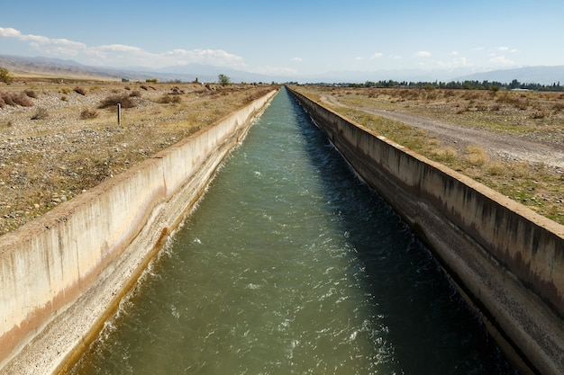 灌漑用水路チュイ県。キルギスタンの灌漑用水路を流れる水。