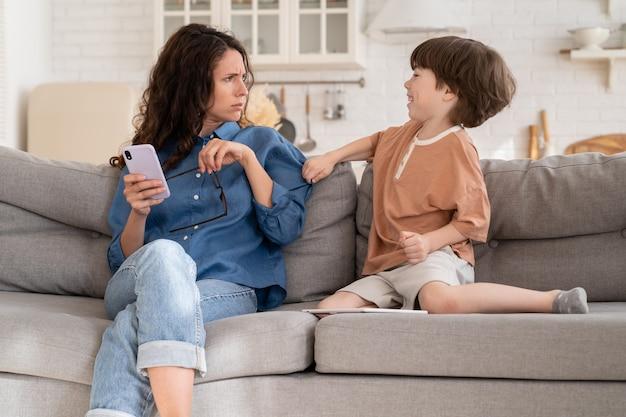 작은 아들이 집에서 스마트폰으로 비즈니스 커뮤니케이션을 방해하는 것에 짜증이 난 어머니