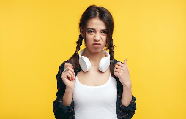 イライラした少女は怒りで顔を眉をひそめ、否定的な反応を示した