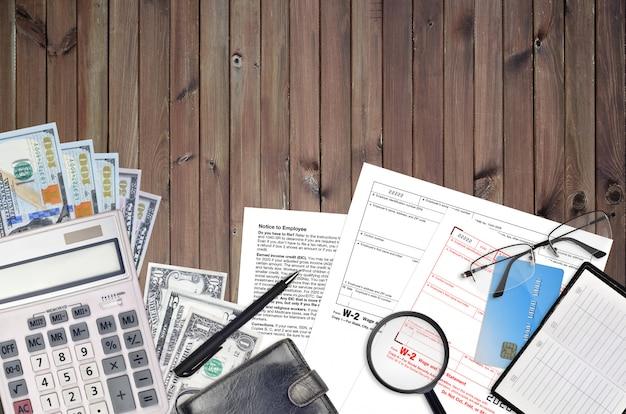 Форма irs w-2 декларации о заработной плате и налогах лежит на плоском офисном столе и готова к заполнению