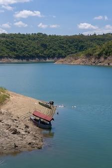 Одна рыбацкая лодка в одном озере