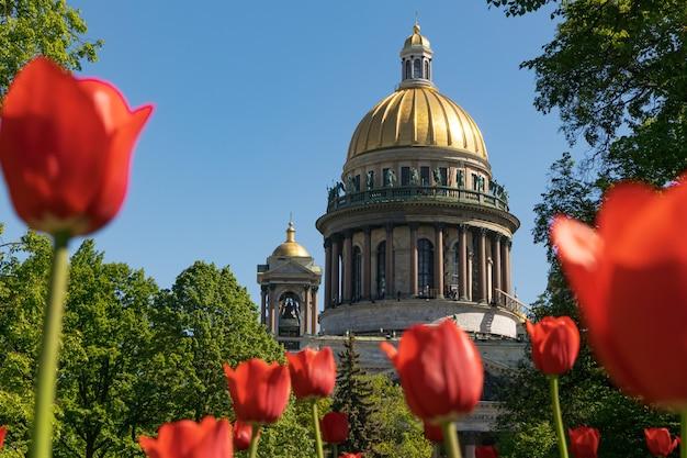 夏の晴れた日のアイザックス大聖堂サンクトペテルブルクロシア2021年6月2日