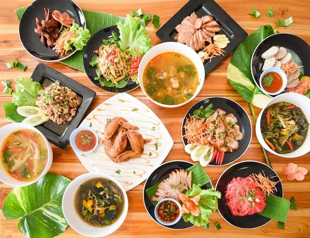 プレートで提供されるテーブルフード伝統的な北東部の食べ物isaan新鮮な野菜のプレートでおいしい