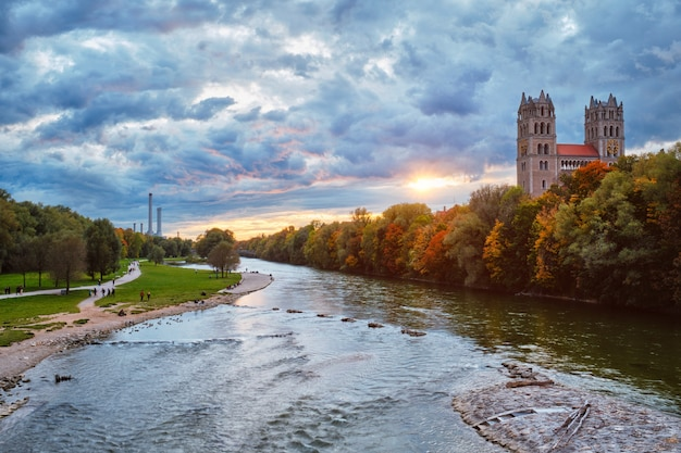 Reichenbach 다리 뮌헨 바이에른 독일에서 isar 강 공원과 성 막시밀리안 교회