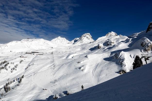 Ischgl / 오스트리아-2020 년 1 월 : 스키어와 스노 보더가있는 스키 리조트 ischgl의 파노라마 전망.