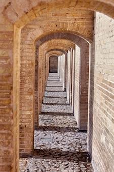 Исфахан, иран кирпичный арочный переход внутри каменного моста хаджу.