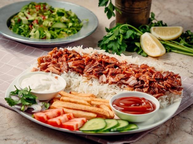 쌀과 야채를 곁들인 iskender 케밥