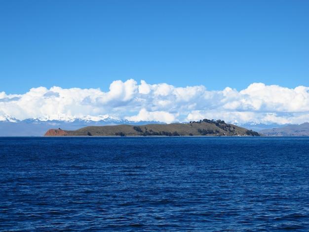 ボリビアのアンデスのチチカカ湖のデルソル島