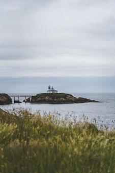 Остров исла панча, окруженный морем под облачным небом в дневное время в испании
