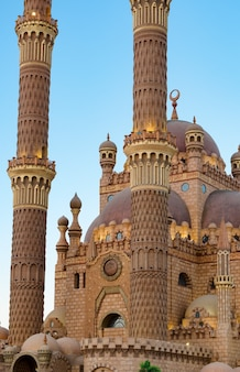 ラマダンの夕暮れの明るい空を背景にシャルムエルシェイクのアルサハバモスクとイスラムの背景