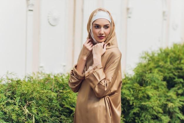 여름 공원 거리 배경 숲 가을 나무에 서 이슬람 드레스 이슬람 아름다운 여자