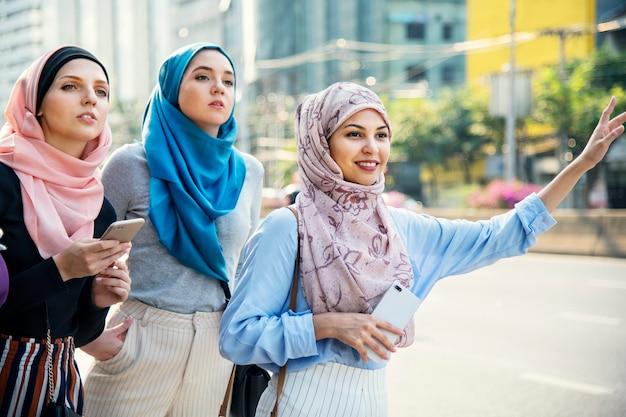 거리에서 택시를 부르는 이슬람 친구