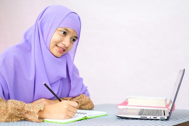 노트북과 함께하는 이슬람 소녀 연구 아랍 아름다움