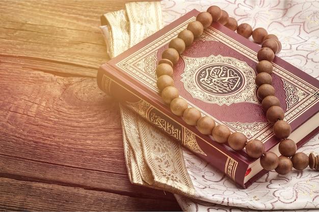 Исламская священная книга на деревянном столе