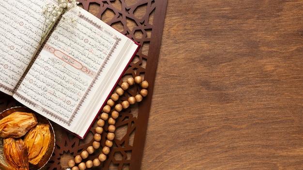 Decorazione islamica del nuovo anno con cibo tradizionale e corano