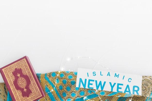 テーブルクロスでのイスラムの新年の言葉とコーラン