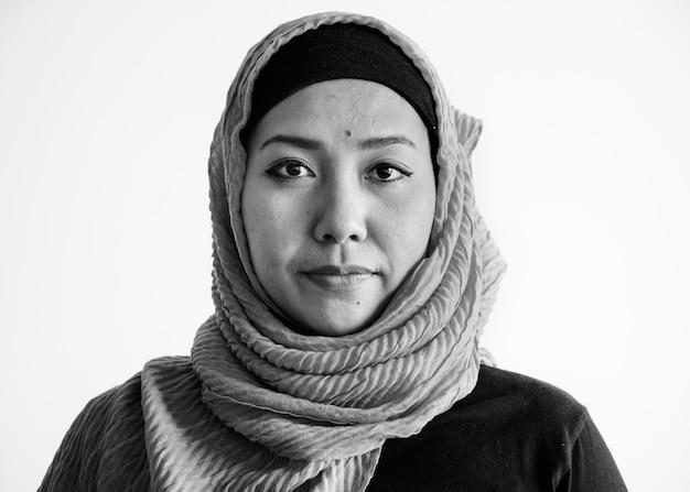 カメラを見てイスラムの女性の肖像画