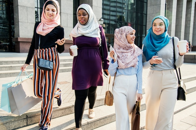 주말에 함께 쇼핑하는 이슬람 여자 친구