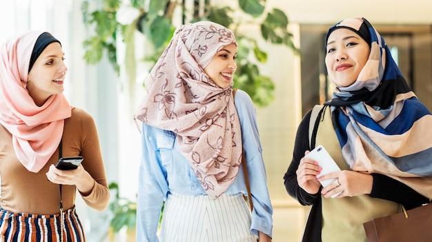 이슬람 여자 친구가 함께 논의