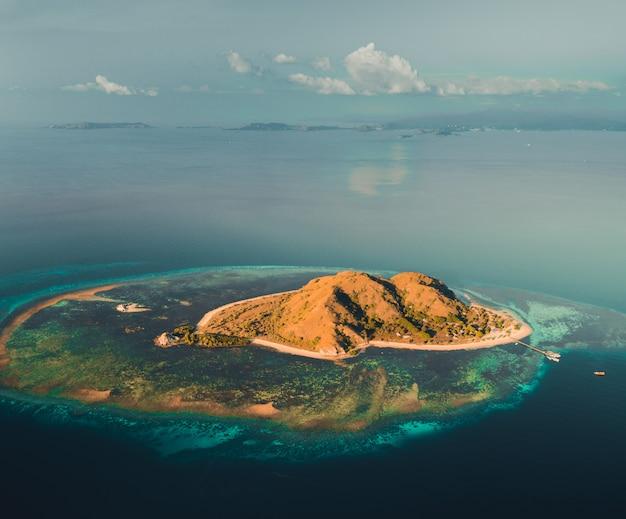 바다 가운데 섬. 코모도. 공중 드론 샷.