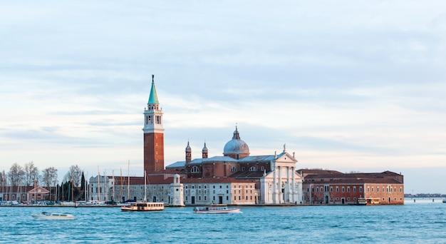 島とヴェネツィアのサンジョルジョマッジョーレ教会。
