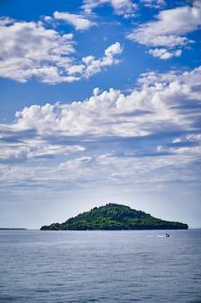 바다 한가운데있는 섬 프리미엄 사진