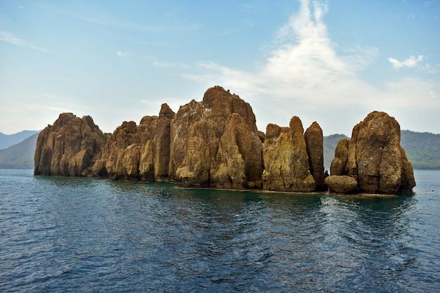 바다의 바위 섬