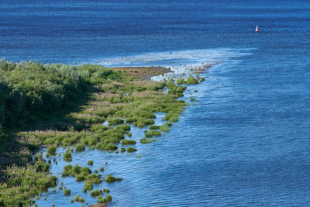 Остров на берегу моря, вид сверху с воздуха