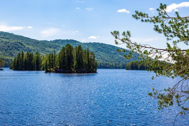 Острова на озере тагасук. красноярский край, сибирь, россия