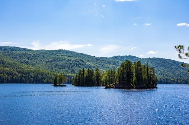 Острова на озере тагасук. россия