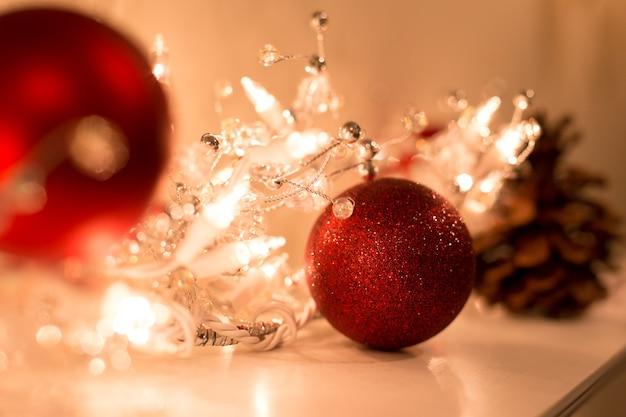 クリスマスライトの装飾と高いisoのクリスマスボールで低光で撮影