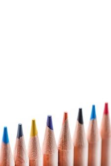 여러 가지 빛깔의 나무 연필을 분리해 서로 다른 색상의 연필을 꽂이에 다시 배열합니다...