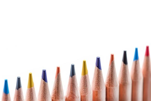 여러 가지 빛깔의 나무 연필을 분리합니다. 프로젝트에 삽입하거나 배너 또는 레이블을 인쇄하기 위해 균일한 흰색 배경에 대해 줄로 배열된 다양한 색상의 연필.