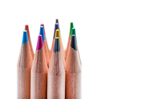 여러 색상의 나무 연필 분리