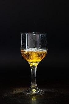 暗い背景の飲み物の孤立したアルコールガラス