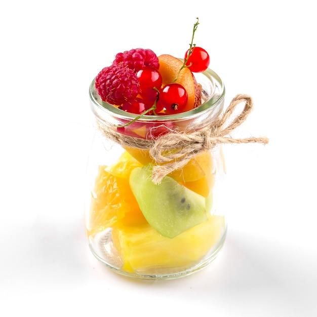 Изолированные фруктовый микс ассорти в стеклянной банке