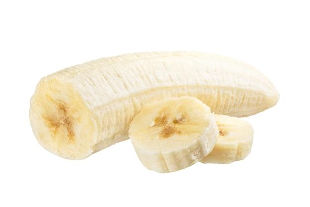 Изолированный банан. ломтики очищенного банана, изолированные на белом фоне