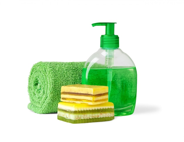 孤立したバスルームオブジェクト。ハンドタオル、液体石鹸のボトル、白で隔離される手作り石鹸の2つのバー