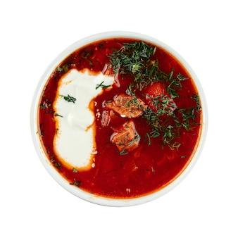 Изолированный свекольный суп борщ со сметаной