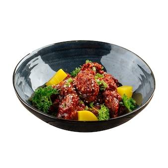 Изолированная миска азиатского острого цыпленка с дайконом