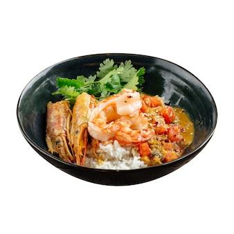 Изолированная миска риса карри с лангустинами