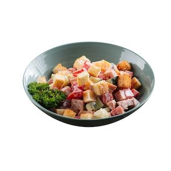 Изолированная миска салата малибу с ветчиной
